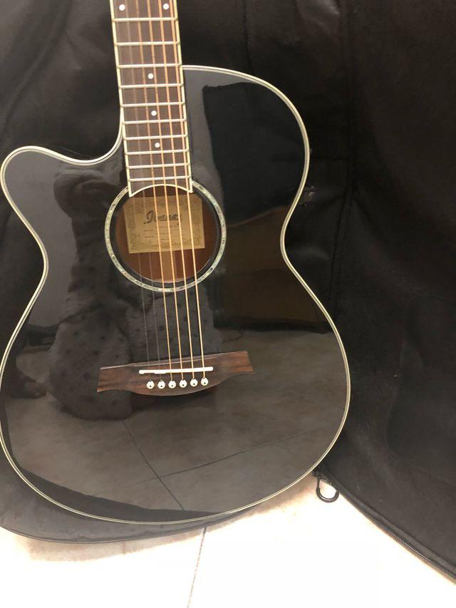 Guitarra Ibañez y alta voz fender