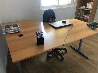 Mesa de despacho y estantería