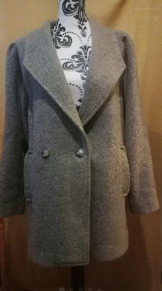 Abrigo oversize gris, mangas abullonadas.