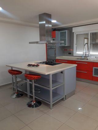 Cocina color plata y rojo.