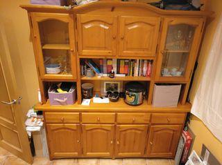 mueble comedor de madera y vidriera