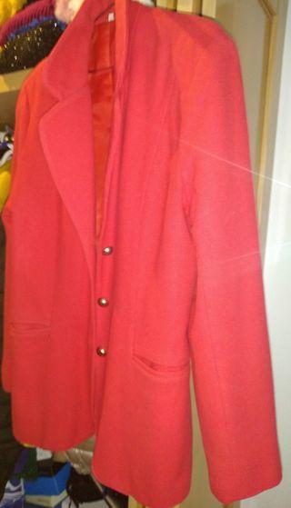 chaqueta de paño color rojo