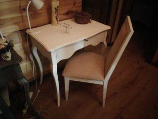 Mesa de despacho con cajón y silla.