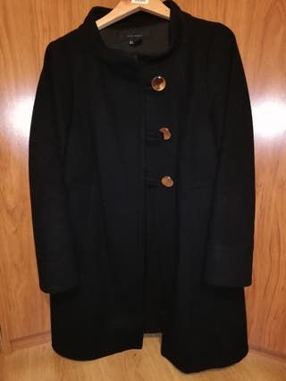 abrigo negro.