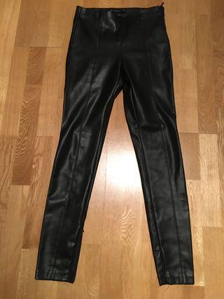 Pantalón imitación cuero de Zara
