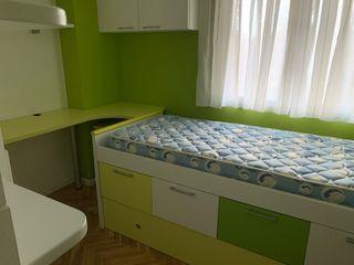 Habitación juvenil con camas y colchones