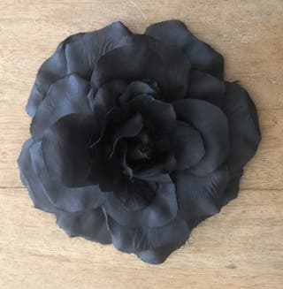 Broche ou bijou de tête en tissu noir grande fleu
