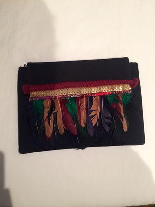 Bolso ante negro con plumas