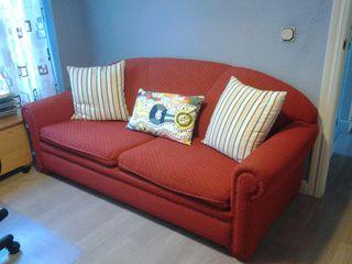 Sofá 2 plazas. Rojo con pintitas amarillo mostaza.