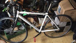 Bicicleta de carretera hecha fixie con cambios
