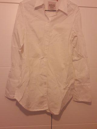 camisa blanca con corbata . mujer