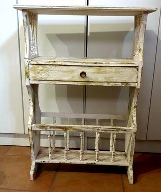 mueble revistero restaurado en buenas condiciones