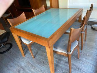 Mesa comedor con sus cuatro sillas.