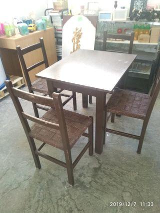 mesa mas 4 Sillas de madera