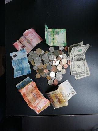 Monedas y billetes de diferentes paises