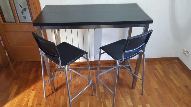 Mesa de madera con juego de sillas