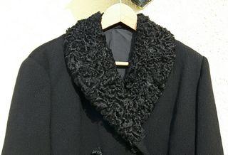 Abrigo con cuello de astracán