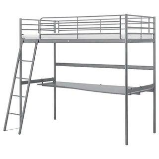 Cama alta con escritorio Svarta Ikea.