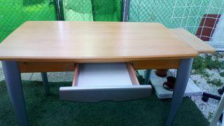 Mesa amplia con cajón