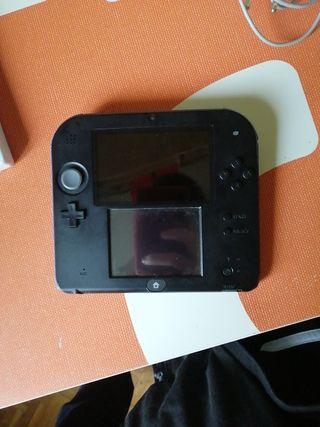 Nintendo 2DS con funda, cargador y juegos.
