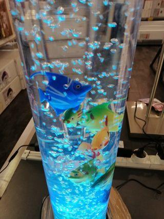 pecera de decoración con burbujas y colores