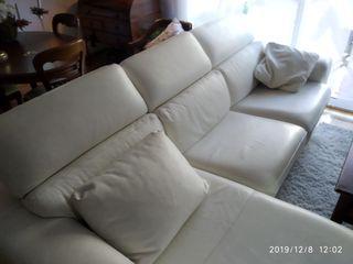 Sofá Cheslong , de piel de vaca blanco