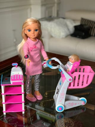 Nancy de compras con su hermanita