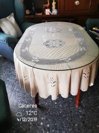 Mesas de comedor. una ovalada y otra redonda.
