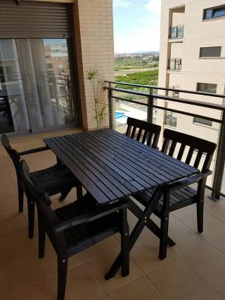 Mesa y sillas de madera para terraza y jardín.