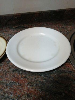 7 platos blancos hondos y dos llanos
