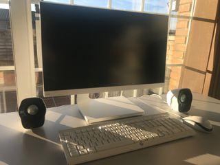 Monitor BenQ, teclado HP, ratón y altavoces Logite