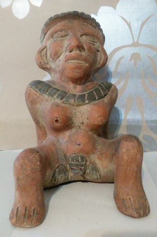 mujer dando a luz simil arte azteca