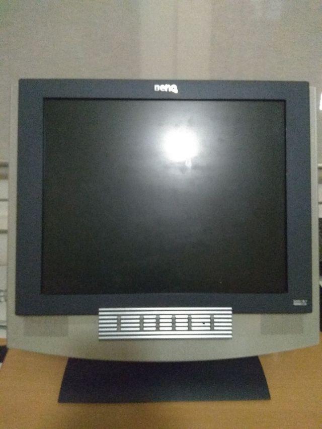 Monitor Benq con sus cables