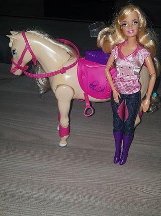 Barbie y su caballo de equitación.