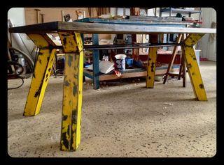 Mesa de comedor industrial.