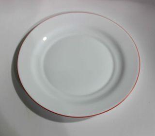Seis platos llanos, seis hondos y una fuente.