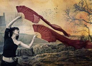 Dos abanicos rojos de danza oriental