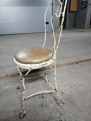 Silllas de hierro tapizadas con piel de potro