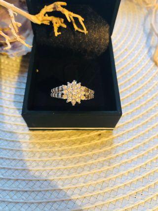 Anillo oro blanco y 17 brillan ,diseño flor .T.20