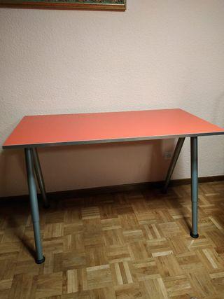 Mesa, cajonera y silla.