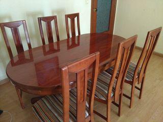 Mesa comedor con 6 sillas.