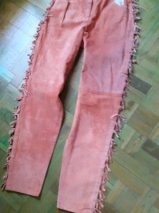 Pantalón y chaleco de piel