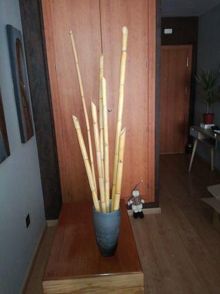 jarron y cañas de bambú