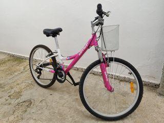 Bicicleta rosa con cesta delantera.