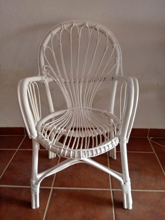 silla de mimbre pintada en blanco