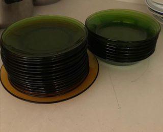 Vajilla verde y un plato marrón