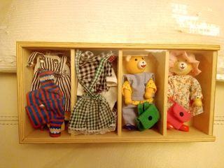 Juguete de madera Goki familia oso con ropa