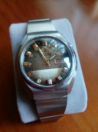 antiguo reloj Orient automático.