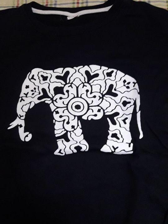 sudadera de un elefante es de mujer