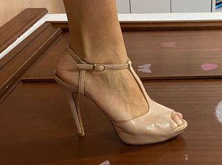 Sandalias de tacón y charol rosa palo